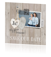 Save the date kaart  steigerhout design en hartjes